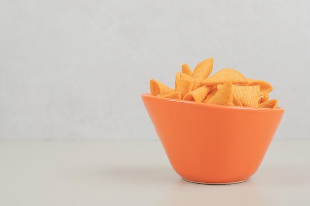Sabrosas patatas fritas crujientes en tazón de naranja