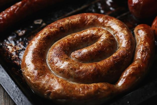 Sabrosas salchichas fritas. comida tradicional alemana
