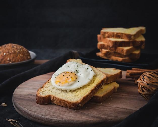 Sabrosas tostadas con huevo frito.