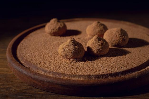 Sabrosas trufas con cacao en polvo.