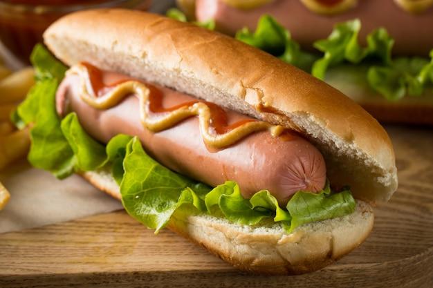 Sabroso asado a la parrilla hot dog