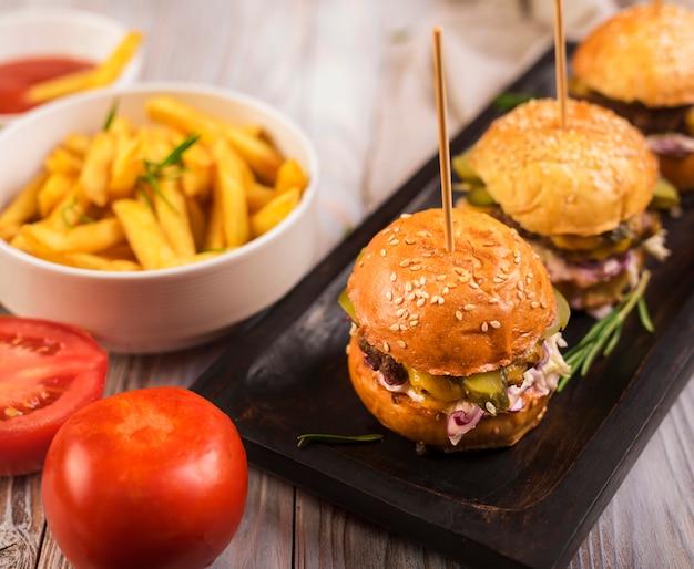Sabroso conjunto de hamburguesas y papas fritas