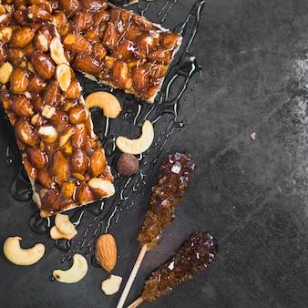 Sabroso granola con miel y cucharón de miel en el mostrador de la cocina