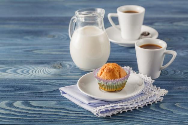 Sabroso muffin con chocolate en la cocina tabel