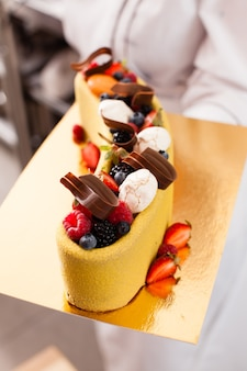 Sabroso pastel colorido con bayas frescas de verano