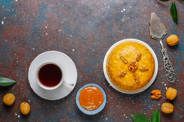 Sabroso pastel de hormiguero tradicional soviético casero con nuez, leche condensada y galletas