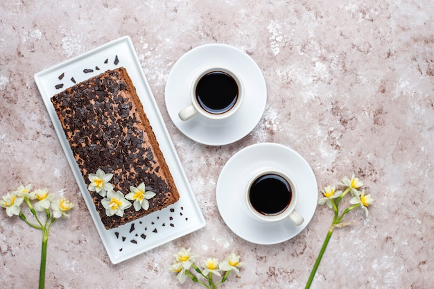 Sabroso pastel de trufa de chocolate casero con café