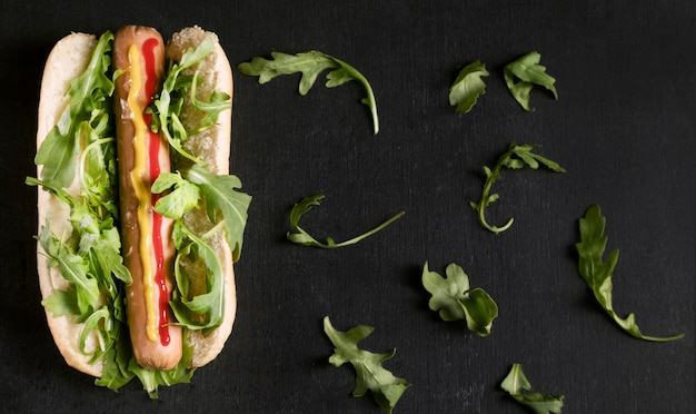 Sabroso perrito caliente con verduras en plano