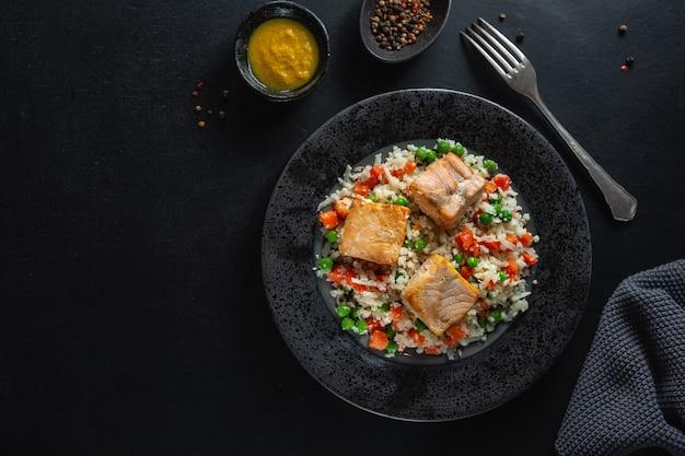 Sabroso pescado al horno con verduras rellenas en placa dieta baja en carbohidratos