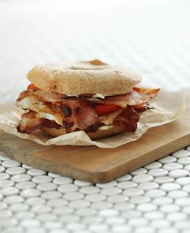 Sabroso sandwich de bagel con tocino