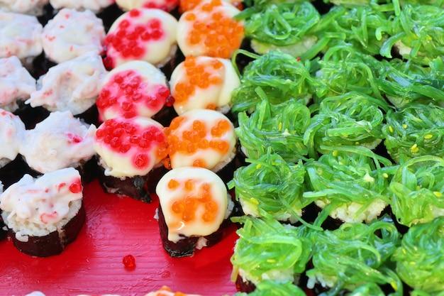 Sabroso sushi en la comida de la calle
