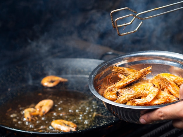 Sabrosos camarones fritos en sartén