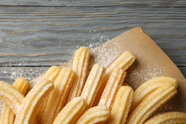 Sabrosos churros dulces en madera gris