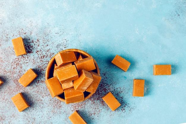 Sabrosos dulces de dulce de azúcar con sal marina, vista superior