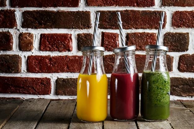 Sabrosos dulces frescos caseros frescos en frascos de vidrio en la mesa de madera. fondo de la cocina.