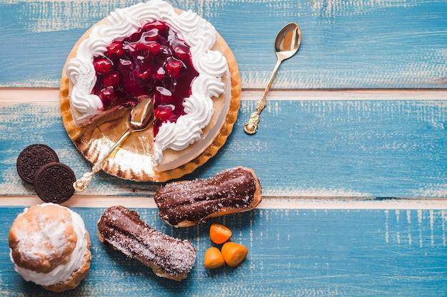 Sabrosos dulces en la mesa azul de madera