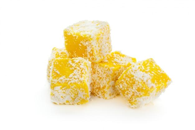 Sabrosos dulces orientales aislados en blanco