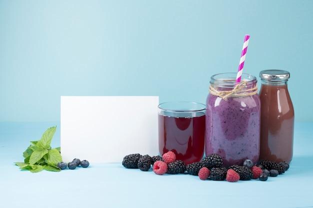Sabrosos frutos morados y jugos con copia espacio.