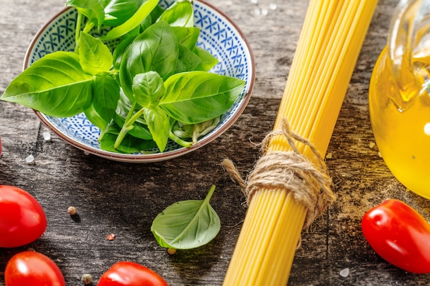 Sabrosos ingredientes italianos frescos para cocinar sobre fondo de madera vieja. de cerca. concepto de fondo de cocina o cocina
