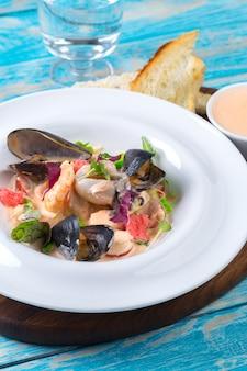 Sabrosos mariscos en placa en primer plano de la mesa