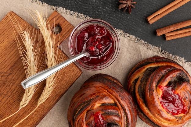 Sabrosos panecillos caseros con mermelada