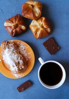 Sabrosos pasteles y café desayuno vista superior