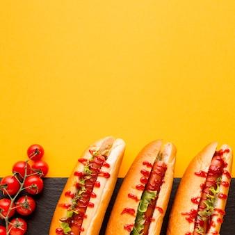 Sabrosos perros calientes con tomates.