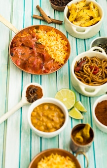 Sabrosos platos y composición de especias secas