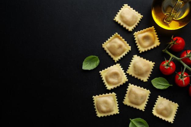 Sabrosos ravioles italianos clásicos con albahaca. vista superior.