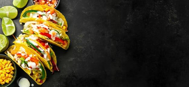 Sabrosos tacos apetitosos con verduras.