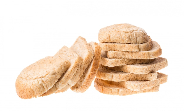 Sabrosos trozos de pan fresco en rodajas aislados en blanco
