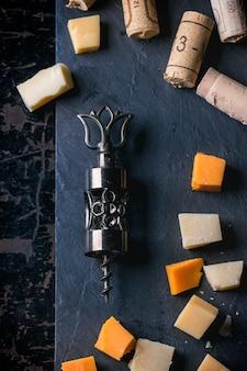 Sacacorchos, corcho y queso