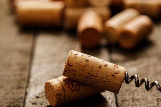 Sacacorchos y corchos de vino