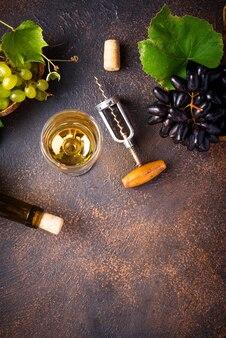 Sacacorchos vintage, uva y vino