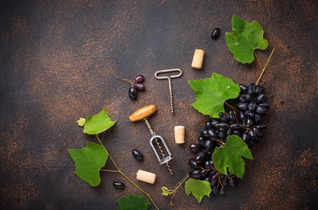 Sacacorchos vintage y uva
