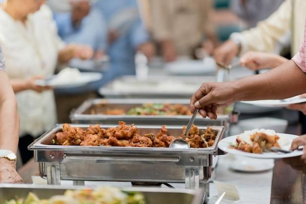 Sacando la comida, catering, cena