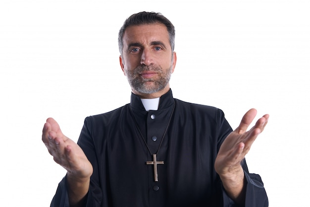 Sacerdote abra las manos brazos rezando