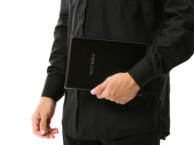 Sacerdote guapo con biblia en blanco