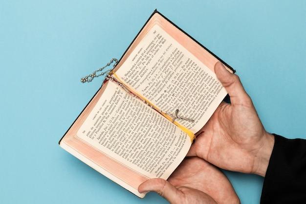 Sacerdote leyendo del libro sagrado