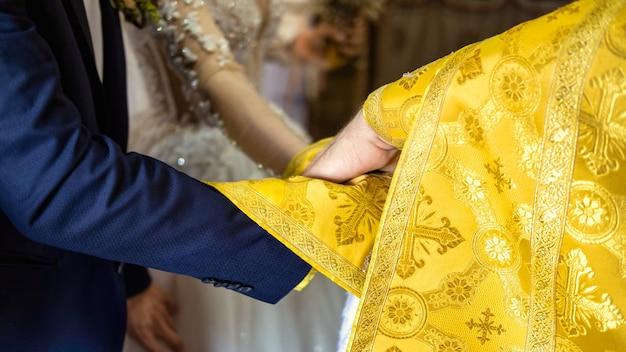 Sacerdote ortodoxo sirviendo en una iglesia. ceremonia de la boda