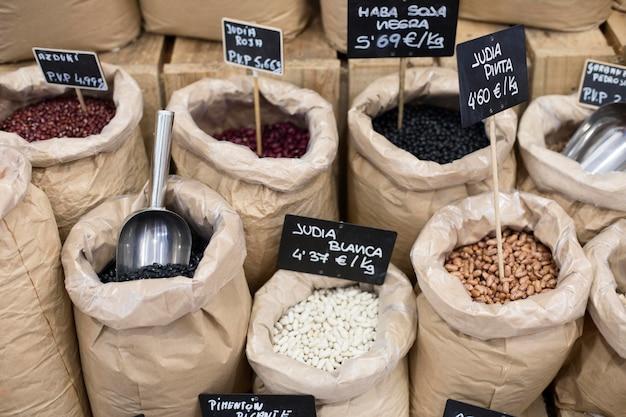 Saco de ángulo alto con arreglo de semillas en el mercado