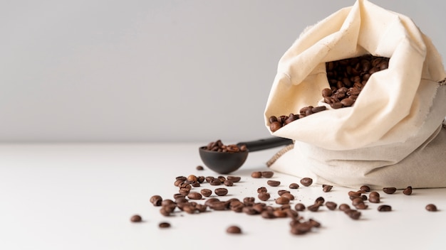 Saco de arpillera con granos de café.