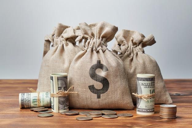 Saco de dinero y billetes de un dólar estadounidense