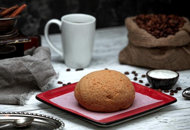 Saco con granos de café y pan.