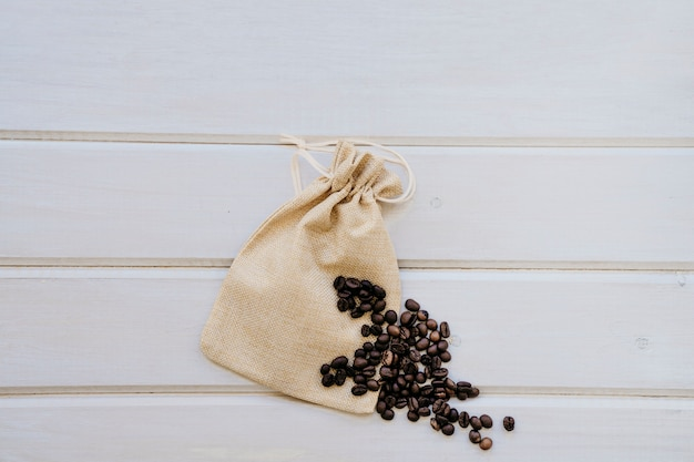 Saco y granos de café