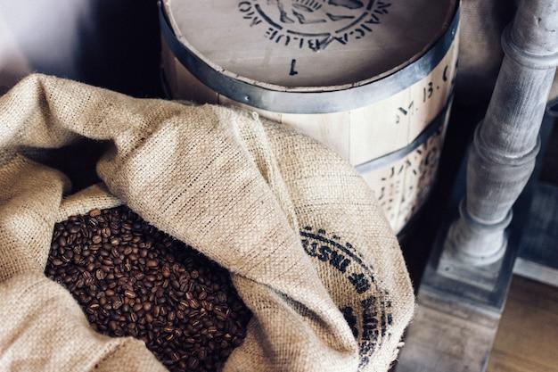 Saco lleno de granos de café