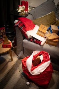 Saco navideño de alto ángulo con regalos