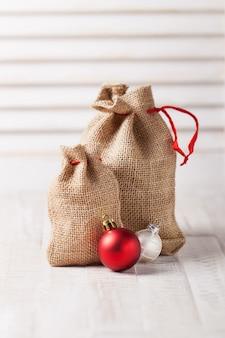 Sacos decorativos con bolas de navidad