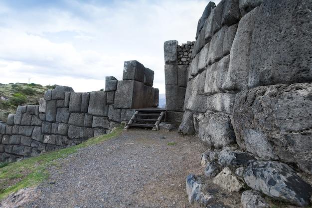 Sacsayhuaman: sitio arqueológico inca en cusco, perú