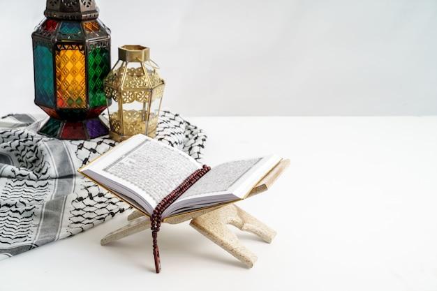 Sagrado corán y linterna árabe en blanco